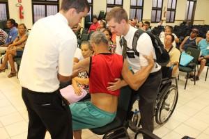 Liahona 02_missionários ajudaram na entrega
